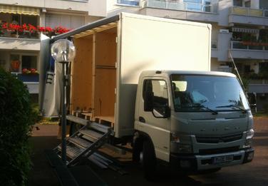 LKW zum bequem Beladen gleich mehrerer Boxen für die Möbeleinlagerung.